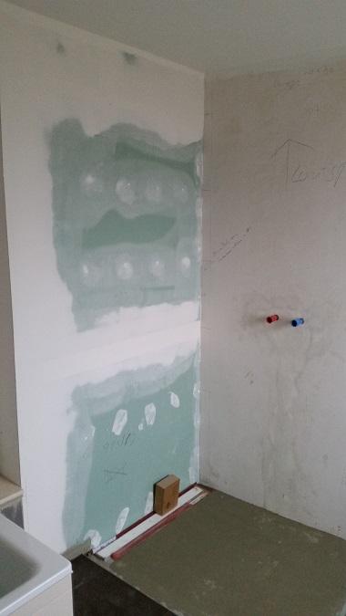 Fugenlose Dusche vorher auf Gipskarton, verputzte Wände und der Bodenbelag Estrich